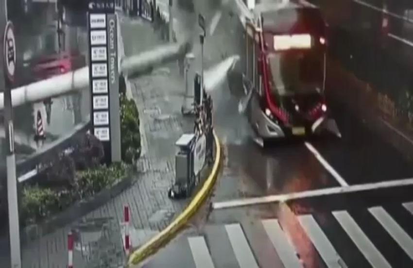 Direk otobüsün üzerine düştü: Faciadan dönüldü