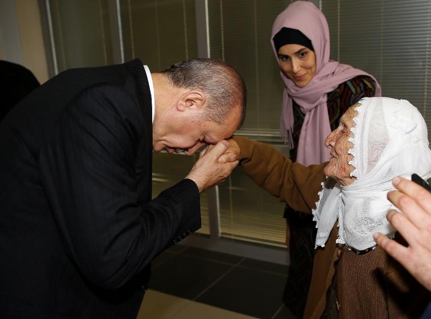 Erdoğan 105 yaşındaki Fikriye ninenin elini öptü