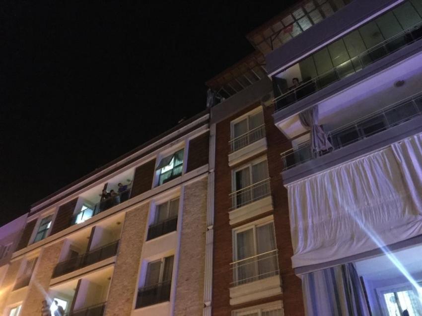4 katlı binanın çatısına çıkan şahıs ekipleri seferber etti