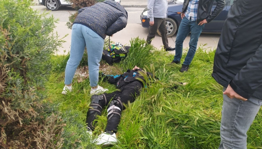 Otomobile çarpmamak için savrulan kurye ağır yaralandı