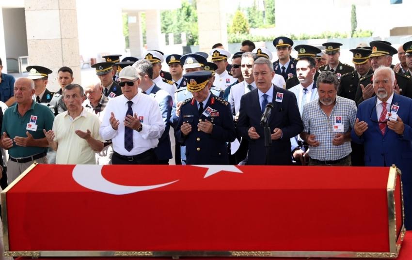 Bakan Akar, trafik kazasında vefat eden emekli Tuğgeneral'in cenazesine katıldı