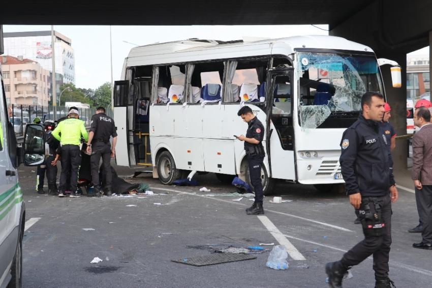İşçileri taşıyan midibüs ticari araçla çarpışıp yan yattı: 1 ölü, 9 yaralı