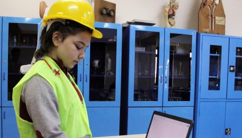 İşçiler ölmesin diye 10 yaşında akıllı baret tasarladı