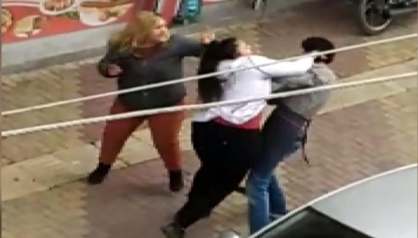 İki kız kardeş bir erkeği sokak ortasında dövdü