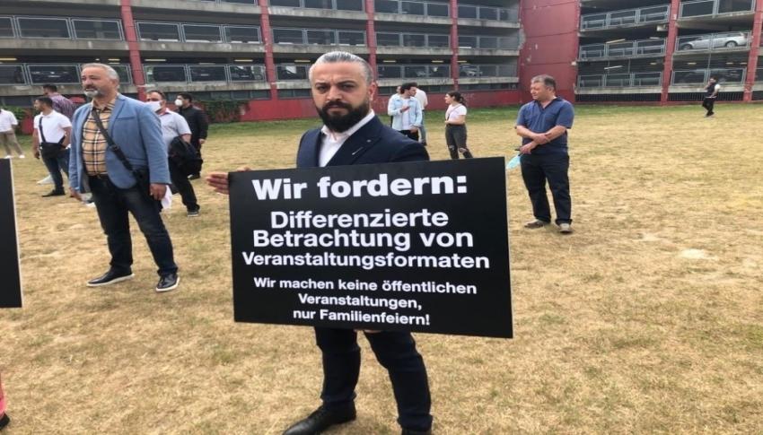 Almanya'da düğün salonu sahiplerinden protesto