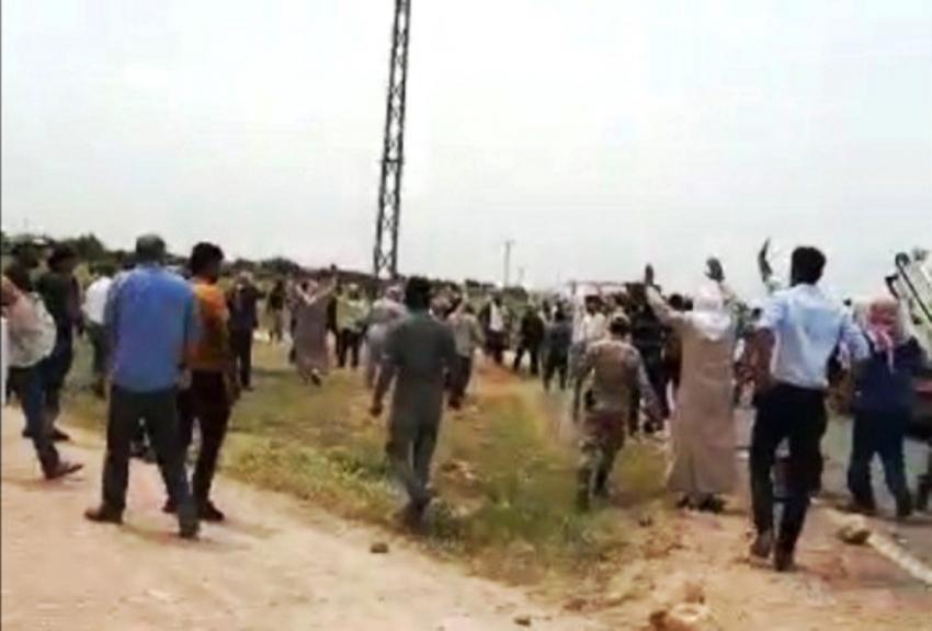 Elektriği kesen ekipler ile köylüler karşı karşıya geldi