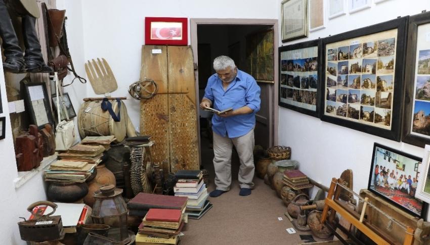 Çevreden topladığı tarihi kalıntılarla köyde müze açtı