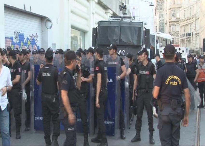 Taksim'de korsan gösteriye müdahale