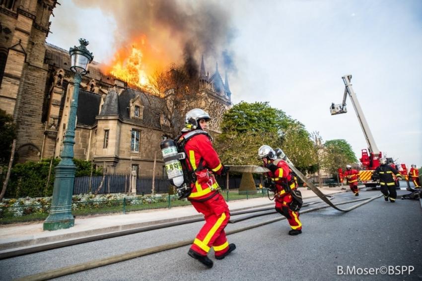 Paris itfaiyesi alevlere böyle müdahale etti