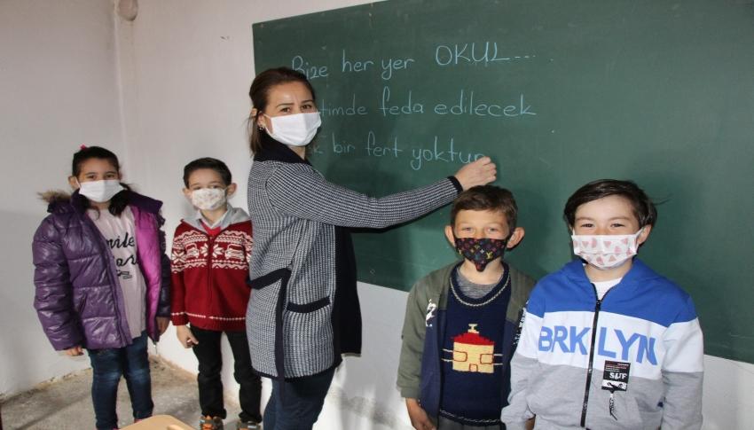 4 öğrencisi için köye taşınıp boş evi sınıfa dönüştürdü