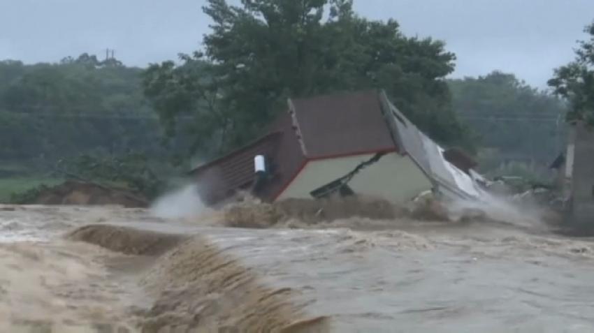 Sel suları evleri böyle yuttu