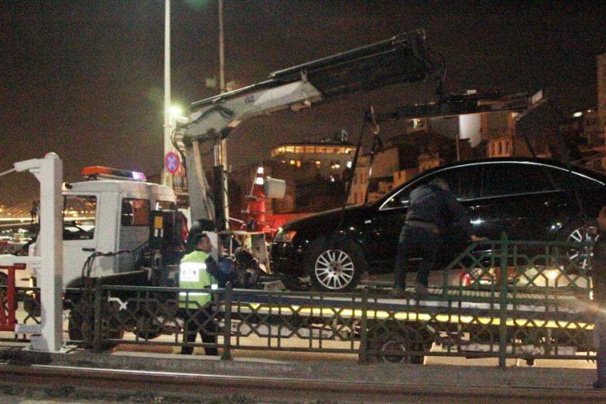 Karaköy'de kontrolden çıkan otomobil tramvay yoluna girdi