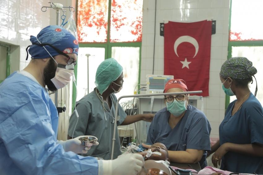Türk doktorların dikkatiyle hayata tutundu