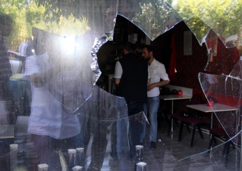 Kahvehaneyi bastılar, polise saldırdılar