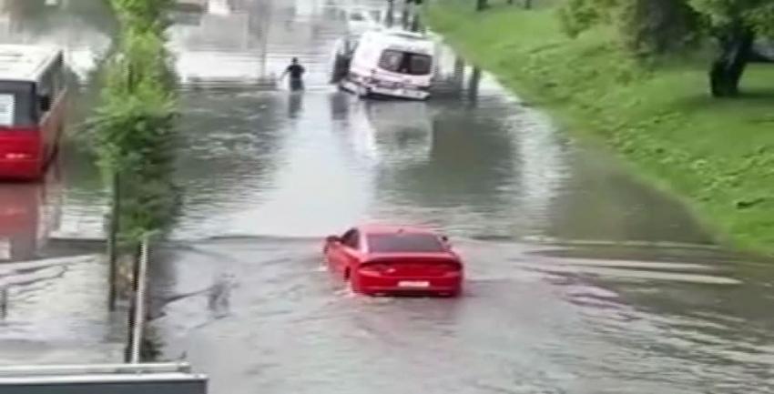 Ambulans mahsur kaldı, metrobüs yolu suyla doldu