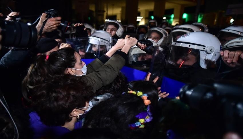 İstiklal Caddesi'nde polis ve kadınlar arasında arbede