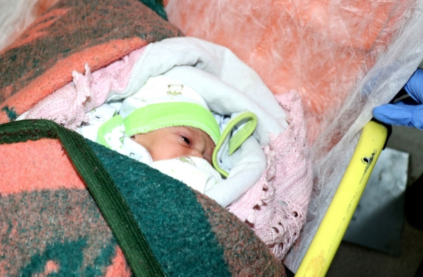 Vicdansızlar 2 günlük bebeği bırakıp kaçtı