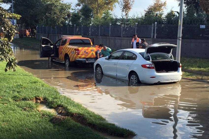 Ataköy'de alt geçidi su bastı , bir araç mahsur kaldı