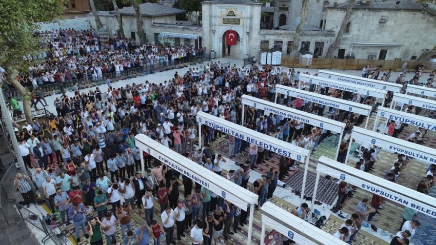 Binlerce vatandaş bayram namazı için Eyüp Sultan Camii'ne akın etti