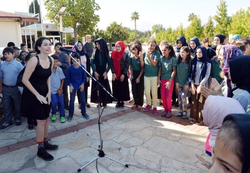 Ezo Sunal çocuklarla şarkılar söyledi