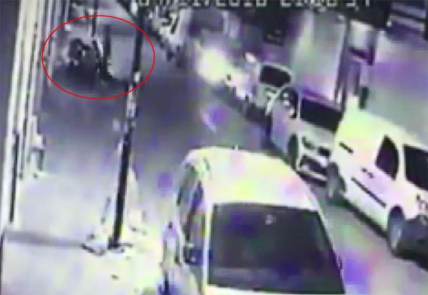 Bebekli kadının çantasını çalan kapkaççılar kamerada