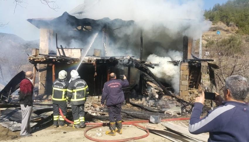 Yangında mahsur kalan anne ve kızı kurtarıldı