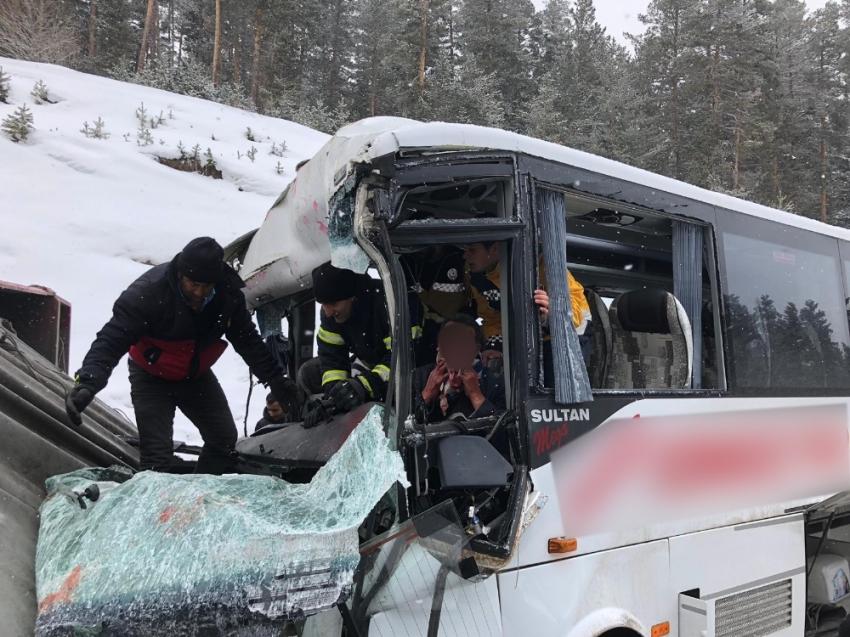 Midibüs ile tır çarpıştı: 20 yaralı