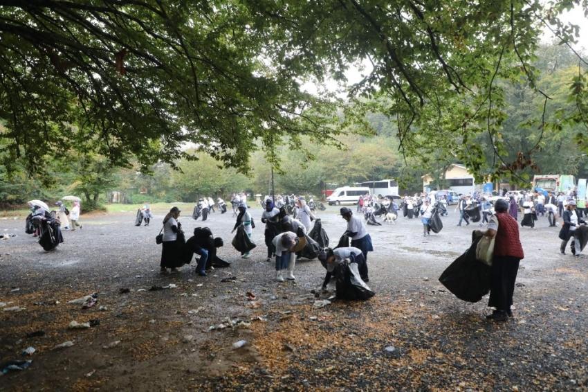 Eyüpsultan'da gönüllüler ormandaki çöpleri topladı