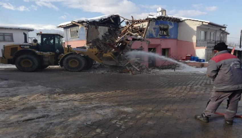 İnegöl'de tehlike saçan metruk binalar yıkılıyor