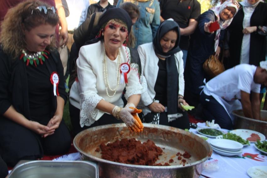 Şanlıurfa'da Hülya Koçyiğit çiğ köfte yoğurup halay çekti