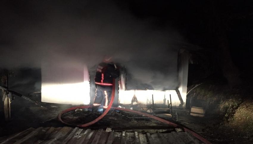 İki evide aynı anda yandı