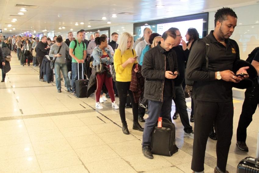 Atatürk Havalimanı'nda metrelerce kuyruk