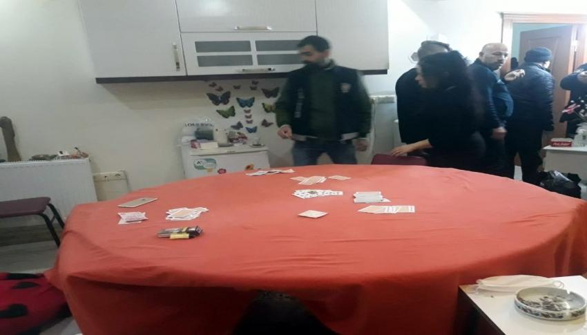 Evin mutfağında kumar oynarken yakalandılar