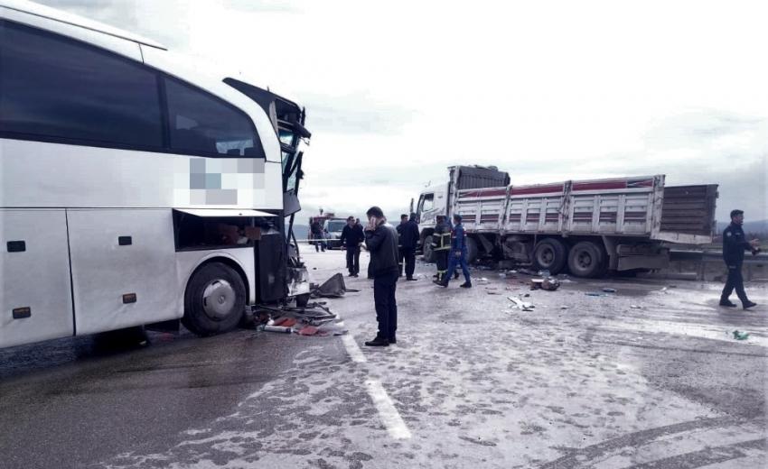 Yolcu otobüsü kamyonla çarpıştı: 15 yaralı