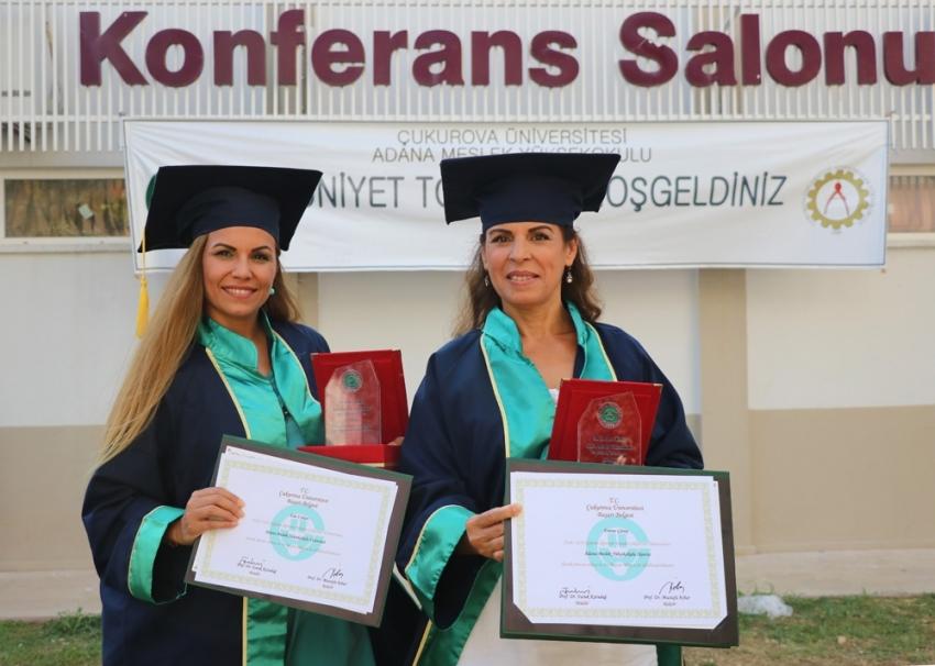 Aynı bölümde okuyan anne-kız derecelerle mezun oldu