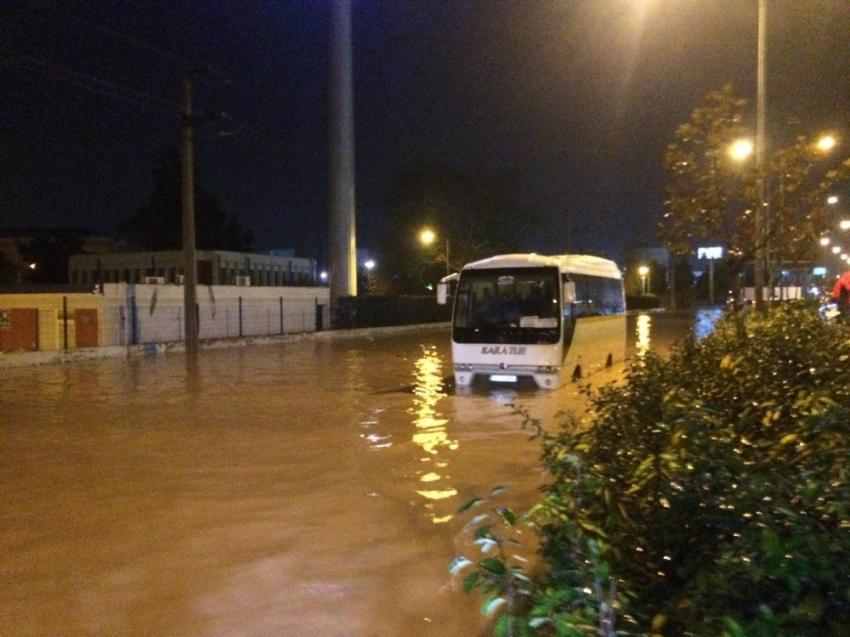 İzmir sağanak yağışa teslim oldu