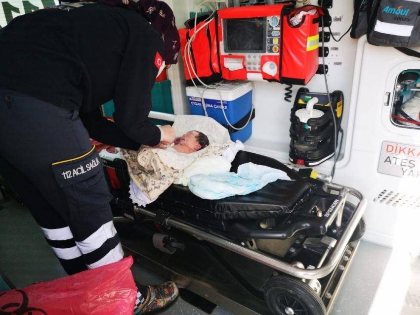 Kadın polis, uygulama noktasında doğum yaptırdı