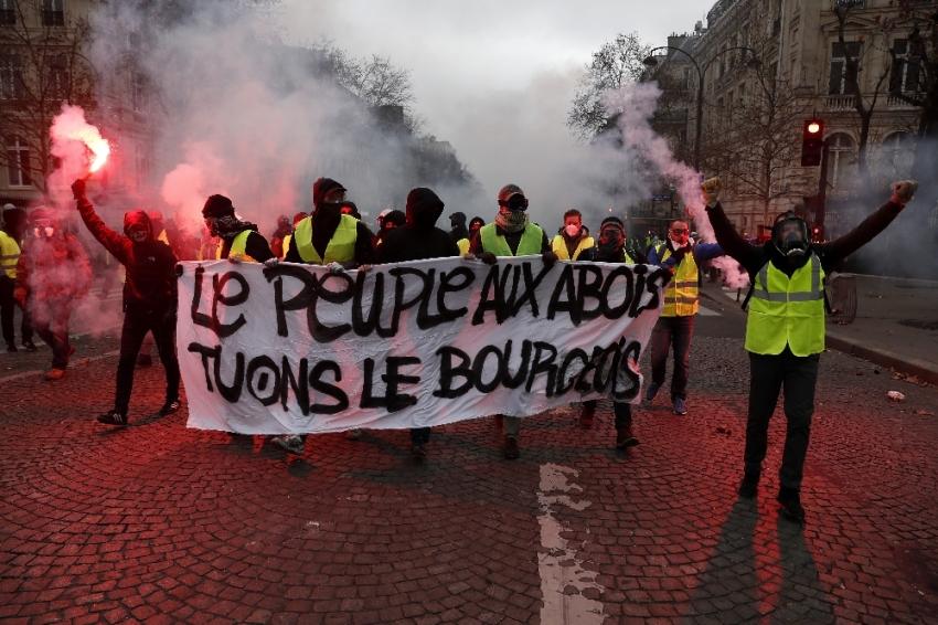Fransa'da akaryakıt zammı askıya alındı
