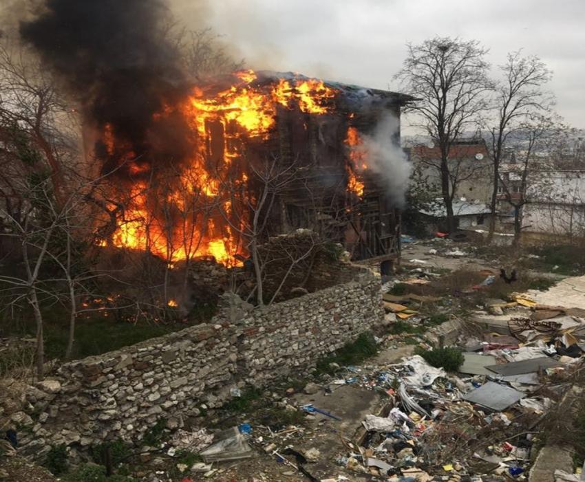 Fatih'te ahşap bina alev alev yandı