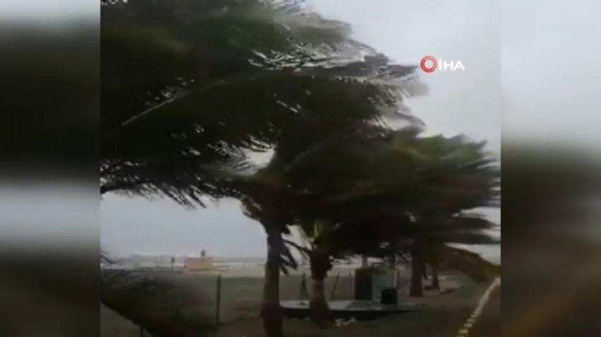 Umman'da fırtına nedeniyle hayat durdu