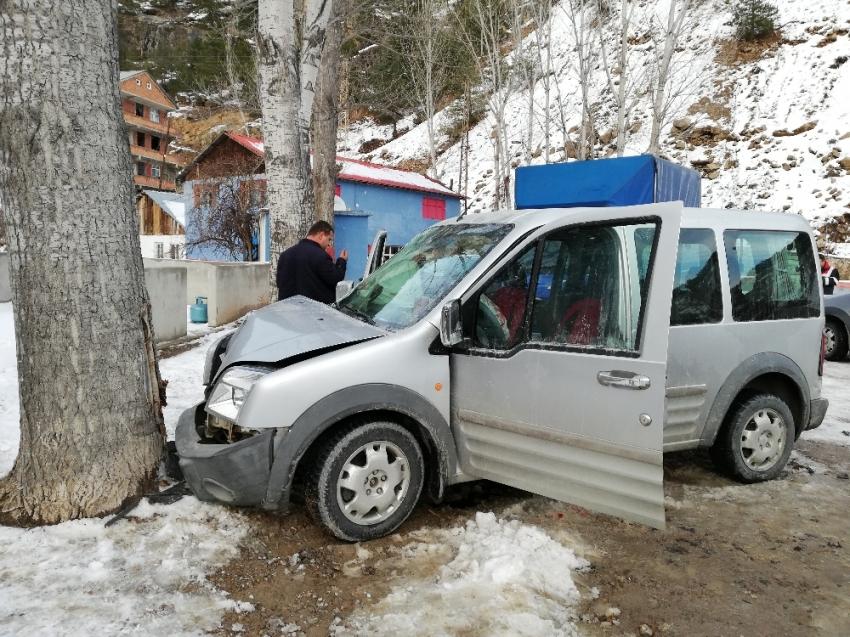 Aracın üzerine kaya düştü: 4 yaralı