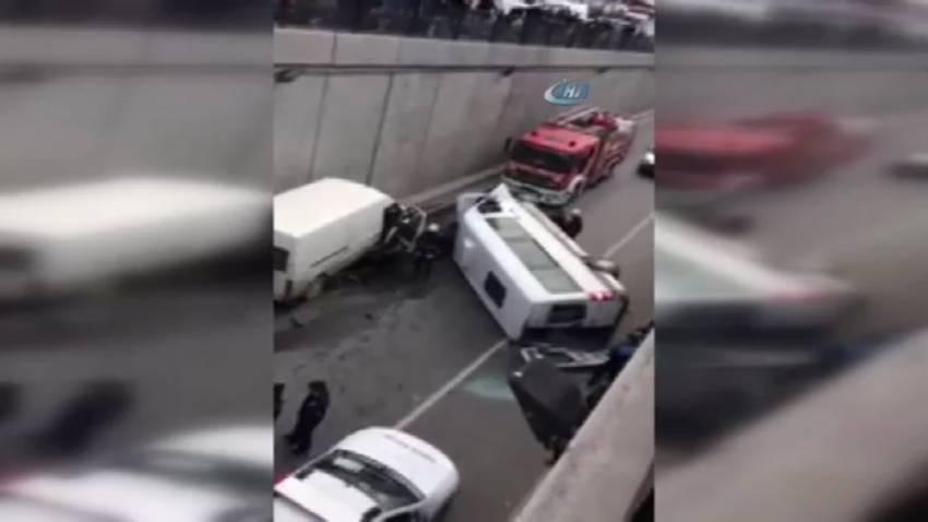 İstanbul'da minibüs alt geçide uçtu