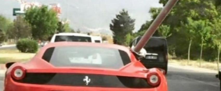 Ferrari'si ile boru taşıdı