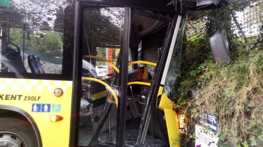 Otobüs duvara çarptı: 8 yaralı