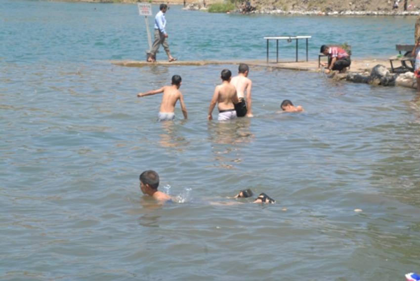 Nehre giren 2 kardeşten 1'i kurtuldu, diğeri kayboldu