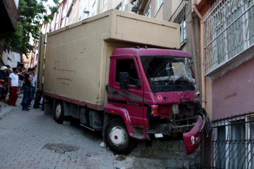 Freni boşalan kamyonet apartmana çarptı!