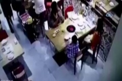Garson sıcak çorbayı çocuğun üzerine döktü