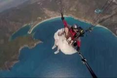Gelin ve damat binlerce metre yükseklikten atladı