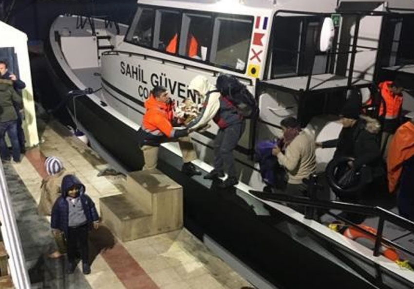Çeşme'de lastik bottaki göçmenler kurtarıldı