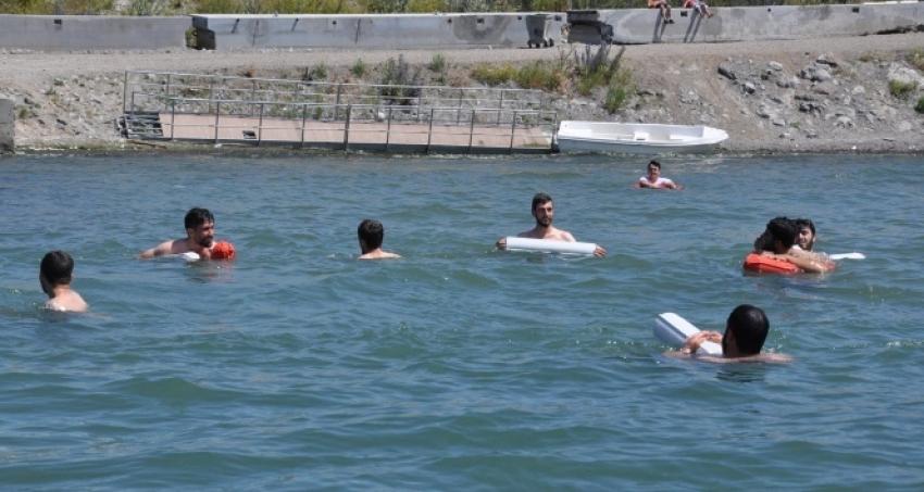 Kars'ta sıcaktan bunalanlar Çıldır Gölü'nde serinliyor